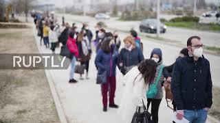 Hiszpania: Ogromne kolejki przed szpitalem w Madrycie po przejściu szczepień do następnej fazy