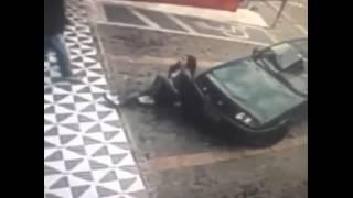 Смотреть онлайн Водитель машины жестко подставил девушку