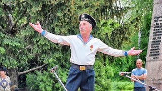 "9 Мая - День Победы. Дед танцует ""Яблочко"" / May 9 - Victory Day. Grandfather dancing ""Yablochko"""