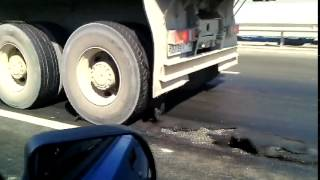 Смотреть онлайн Уфимский асфальт клеится к колесам грузовика