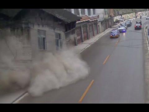 إنهيار منزل على الطريق السريع في الصين