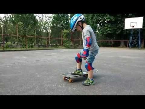 Simone va con lo skateboard del Papà