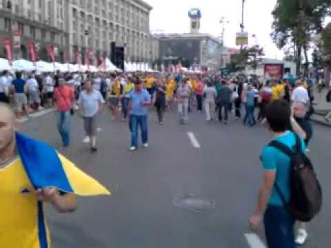 Шведы заряжаются позитивом в киевской фан-зоне (видео)