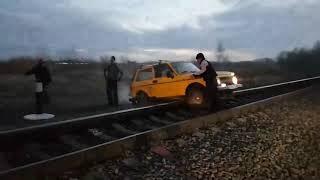 Машинист помог бедолаге вызволить автомобиль из заточения.