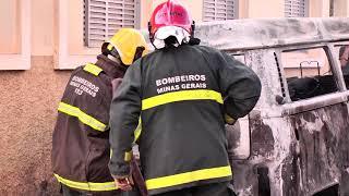 Carro pega fogo no centro de Patos de Minas e causa pode ser falha mecânica