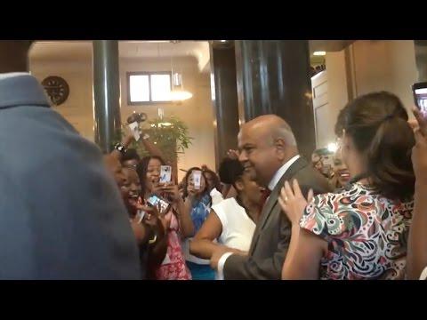 'Senzeni Na?' – Treasury staff sing as Gordhan, Jonas arrive for final meeting