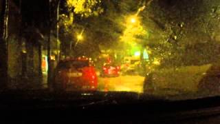 Смотреть онлайн Дождь, когда ты сидишь в машине ночью