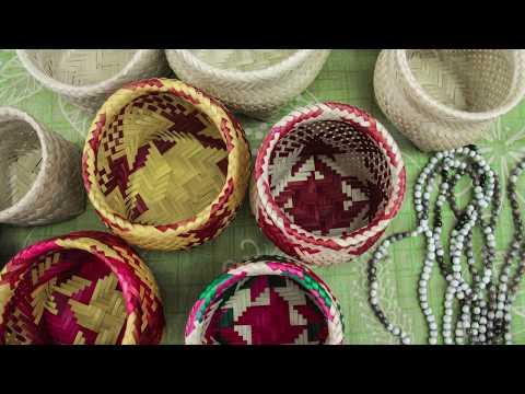 Mbo'e - Mbo'e é sobre aprendizado e integração para os Mbyá Guarani. A narrativa da liderança Lorencio Benites sobre o jeito de ser e viver Guarani se entretece com a produção de balaios, da coleta da taquara ao comércio nas ruas da cidade. As imagens foram gravadas nos Tekoá Kapi'i Ovy (Pelotas/RS) e Guajavi Poty (Canguçu/RS), comas famílias Pereira Benites e Vilhalva. O vídeo costura entrevistas, fotografias e vídeos-registro de confecção de balaios.