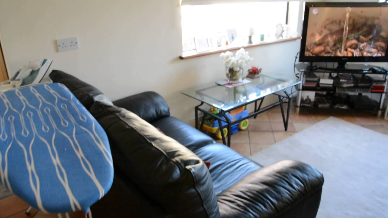 Room with double bed in 2-bedroom house with garden in Shankill