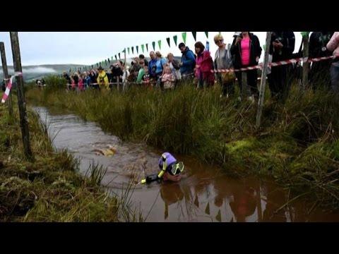 Freddo e melma, in Galles campionato di snorkeling nella palude