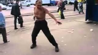 Смотреть онлайн Дикий танец алкаша на оживленной улице
