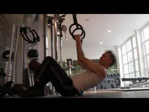 Die Öbungen auf dem Trainergerät, um die Seiten und den Bauch zu entfernen