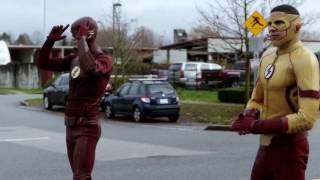 "Flash beats Kid Flash in a race ""TheFlash3×12"" Untouchable"