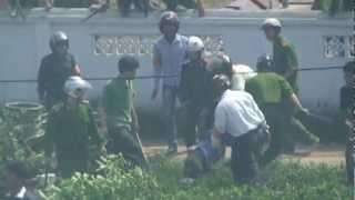 preview picture of video 'Công an đánh phụ nữ trong ngày 24/4/2012'