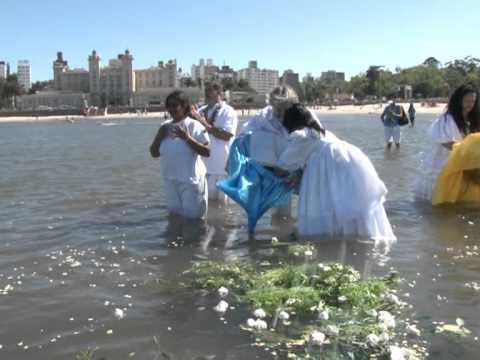 Culto a Yemanjá atrae a fieles y curiosos en Uruguay