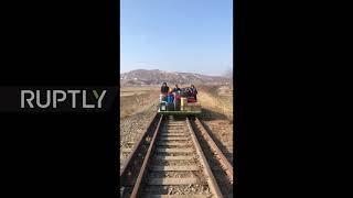 Rosyjscy dyplomaci wracają z Korei Północnej do domu na samobieżnym wózku ręcznym.