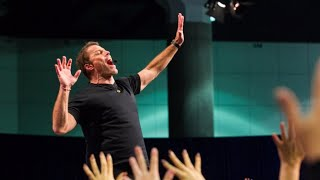 Tony Robbins' billion dollar business is in jeopardy - here are 4 reasons why