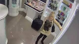 В магазине Ялты под прицелом видеокамер девушка украла духи