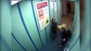 Собака в воздухе, поводок зажало лифтом!