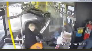 Смотреть онлайн Внедорожник врезается в бок автобуса