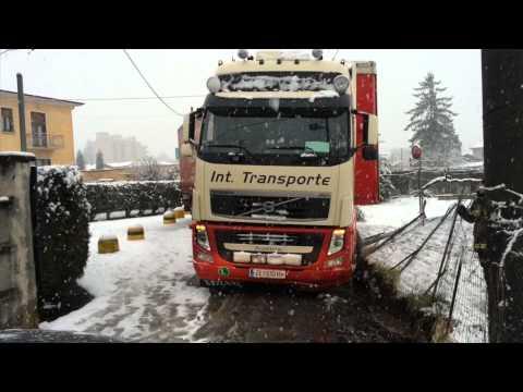 Tir incastrato sotto la neve