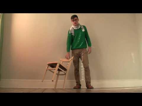 Une chaise qui tient en quilibre sur un seul pied vid o for Chaise qui se balance