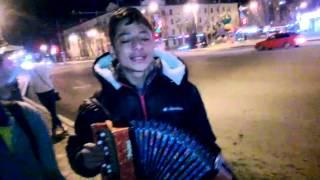 Мальчик Тайсон из Одессы поет в Тюмени душевные песни