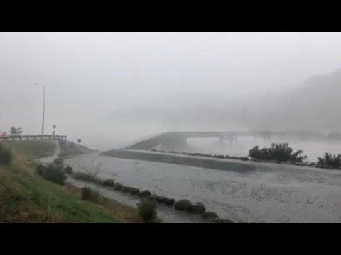 العرب اليوم - شاهد: عاصفة مطيرة تُدمر جسرًا خرسانيًا داخل نهر في نيوزيلندا