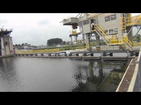 werkzaamheden aan stuw sambeek met op achtergrond sluizencomplex