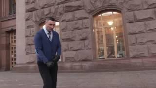 Акция от Кличко!  Виталий Кличко отжимается возле Мерии!