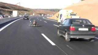 Kartfahrer auf Autobahn