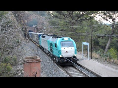 Estacion Duesaigües - L'Argentera  con la 335 Tranfesa con un Megacombi y la 253 renfe con el salero
