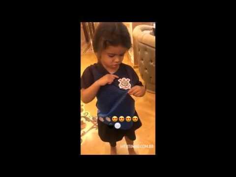 Dentinho publica vídeo da filha torcendo pelo Corinthians