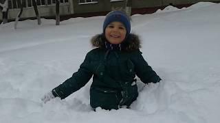 Артём плывёт в снегу. Саратов 2019 Снег в Саратове