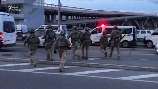 Відео з мосту Метро в Києві, де озброєний погрожував підірвати міст