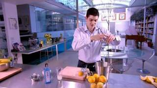Making the perfect BOMBAY SAPPHIRE® Collins.