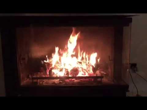 Fuego de chimenea que calienta el agua para la calefacción
