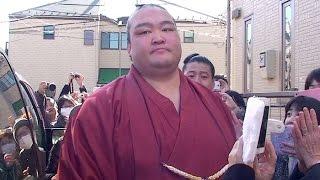 新横綱稀勢の里関小学校での報告会を終え田子ノ浦部屋の前で