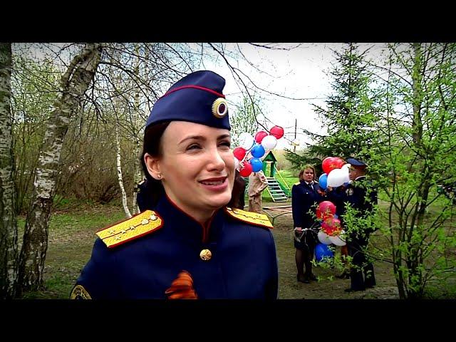 В Твери сотрудники Следственного комитета поздравили с Днем Победы ветерана ВОВ