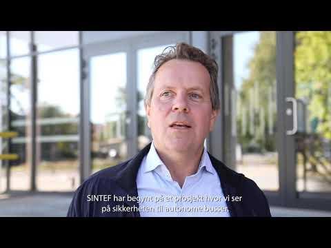 Den selvkjørende bussen som nå ruller p Øya i Trondheim, kan bestilles med en app.  Enn så lenge er ordningen et forskningsprosjekt. Foto: Thor Nielsen/SINTEF. Video: Smidesang & Lyng