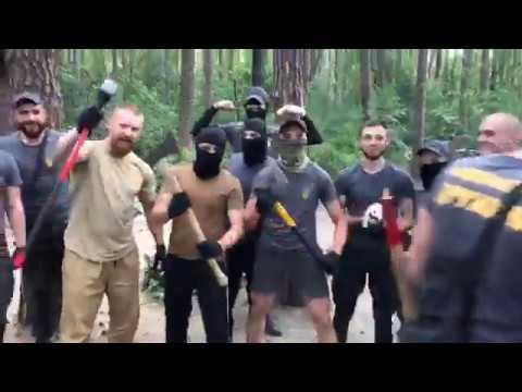 Pogromy na Romy: Na Ukrajině vyrazilo národní komando zničit romskou osadu sekerami
