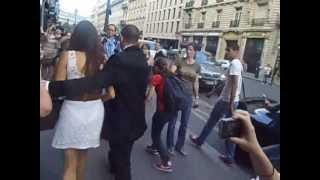 Нина Добрев и Йен Сомерхолдер, охранник выводит Нину из толпы (27.05.2012)