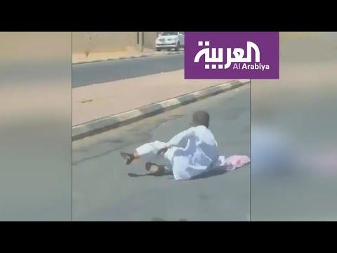 العرب اليوم - شاهد: فيديو يخطف القلوب لطفل سعودي متعلق في باب حافلة
