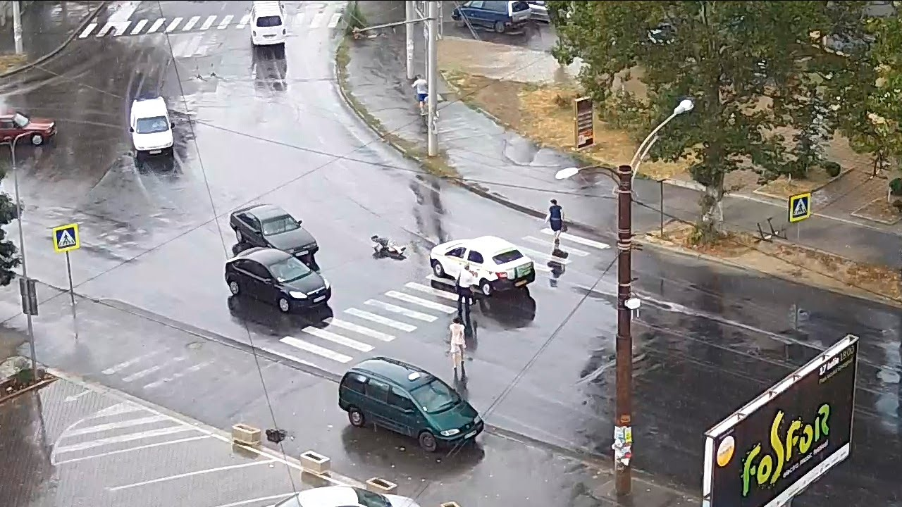 Таксист сбил перебегавшего пешехода на переходе