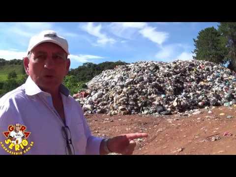 Ayres Scorsatto e Bernardo no lixão no dia 2 de janeiro de 2017 fazendo a promessa de acabar com o lixão na lente do Jornal Agora é Sério