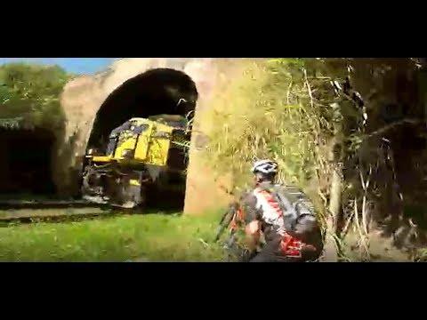 Два велосипедиста в Бразилии, решили прокатится в железнодорожном туннеле