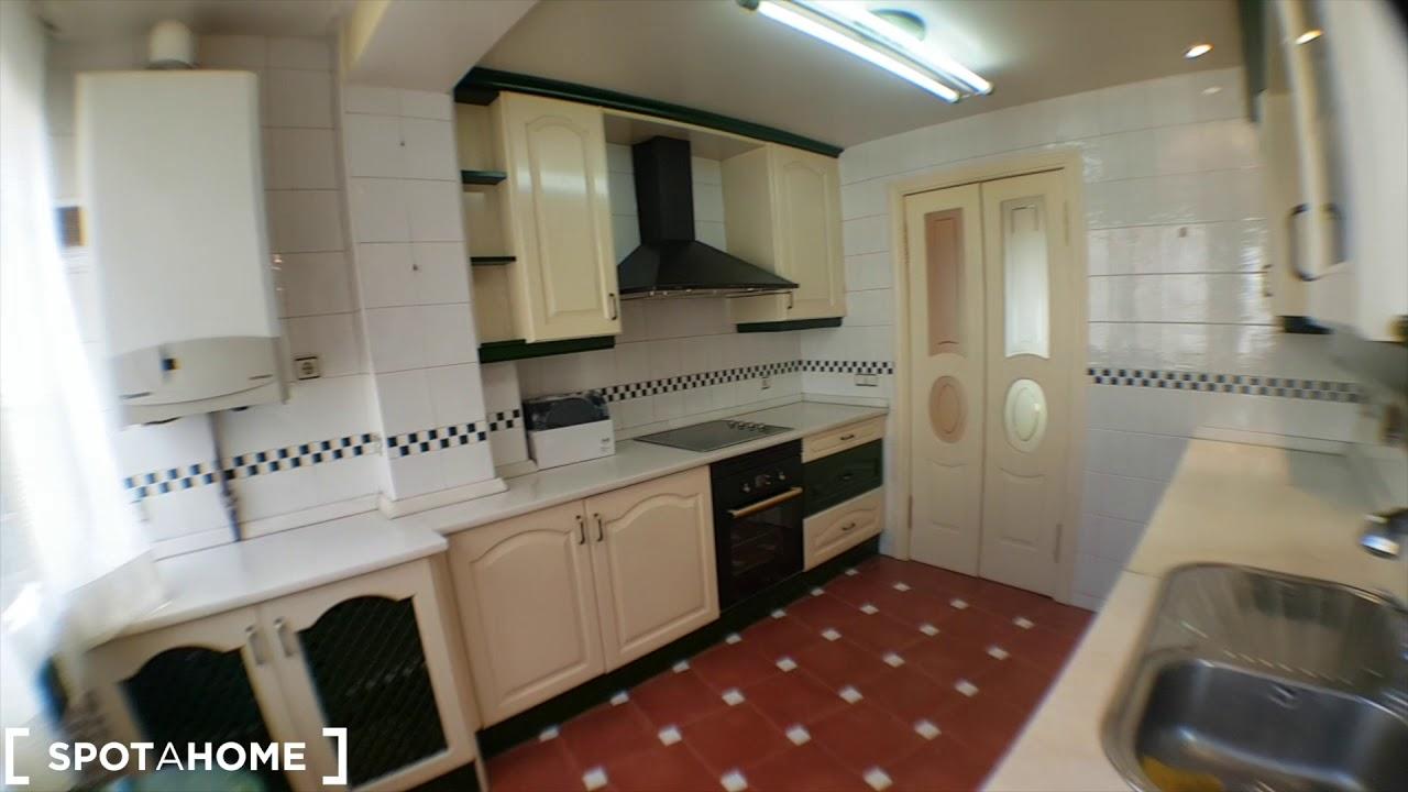 Rooms for rent in modern 8-bedroom apartment in Puerta del Angel