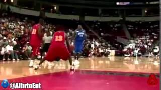Смотреть онлайн Белый парень рвет негров в баскетбол