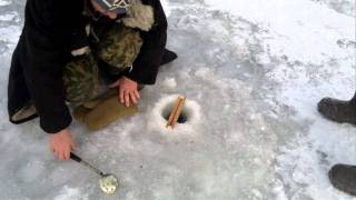 прикол на зимней рыбалке!!!