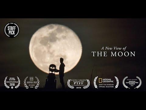 Människor på gatan får se månen i teleskop